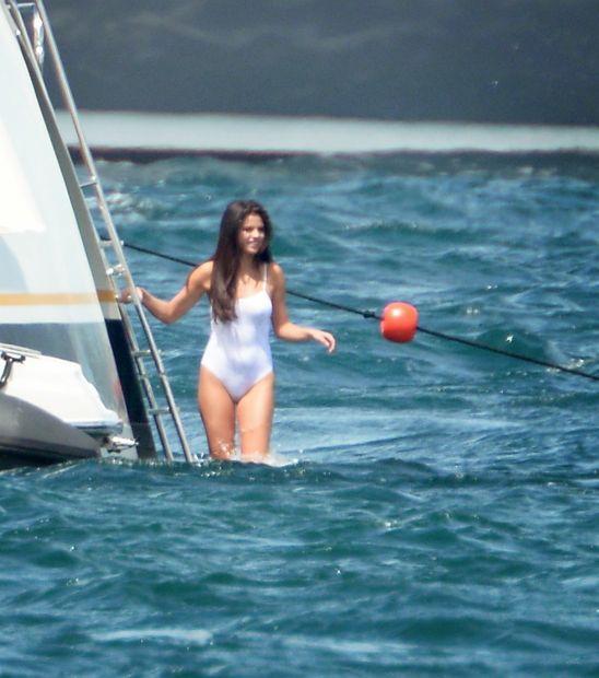 Селена Гомес в бикини на пляже Сен Тропе